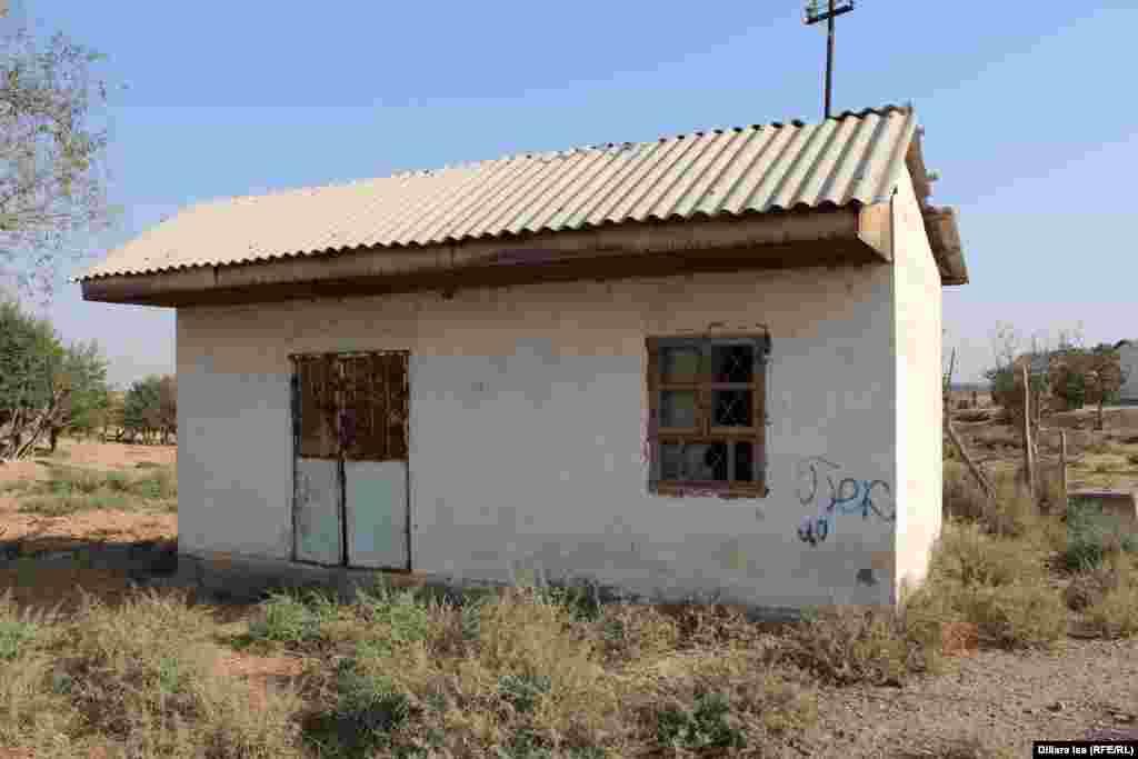 Пустующее здание в селе Достык, где когда-то располагался магазин.
