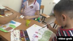 Дети на занятии по рисованию в центре «Акжол-М». Алматинская область, 21 августа 2018 года.