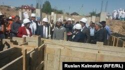Курулушту баштоо аземине саламаттык сактоо министри Космосбек Чолпонбаев, депутаттар, дарыгерлер катышты.
