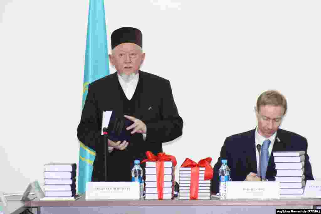 Директор Института востоковедения Абсаттар Дербисали (слева) и сотрудник посольства Франции Йохан Юрес. Алматы, 12 декабря 2013 года.