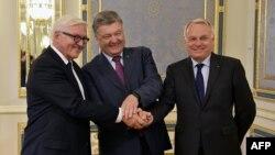 Франк-Вальтер Штайнмайер, Петр Порошенко и Жан-Марк Эйро (Киев, 14 сентября 2016 года)