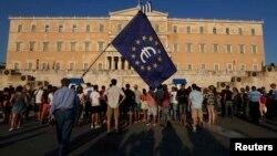 Мітинг проти виходу Греції з єврозони перед парламентом в Афінах, 9 липня 2015 року