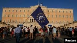 Грек парламентинин алдындагы демонстрация. Евробиримдиктин байрагын көтөрүп турушат. 9-июль, 2015-жыл