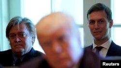 Donal Trump și principalii săi consilieri, Steve Bannon și Jared Kushner în iunie 2017