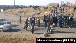 Протестующие перекрыли дорогу к селу Саруу. Иссык-Кульская область Кыргызстана, 8 октября 2013 года.