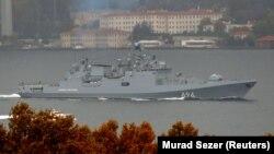 Фрегат «Адмирал Григорович» в Босфорском проливе, Стамбул, 4 ноября 2016 (архив)