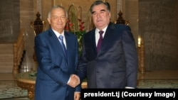Tajik President Emomali Rahmon (right) met Uzbek President Islam Karimov in Dushanbe on September 11.