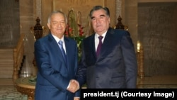 Президент Узбекистана Ислам Каримов (слева) и президент Таджикистана Эмомали Рахмон во время встречи в Душанбе в сентябре 2014 года.