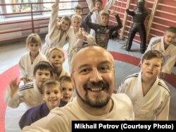 Тренер Михаил Петров в зале с детьми