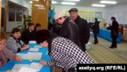 Избиратели и члены избиркома на избирательном участке в Жанаозене. 15 января 2012 года. Иллюстративное фото.