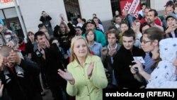 Сторонники оппозиции аплодируют во время выступления президента Беларуси Александра Лукашенко. Минск, 3 июля 2011 года.