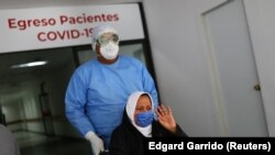 Медработник и пациентка с COVID-19 в Мехико. 27 июля 2020 года.