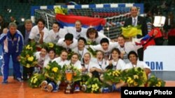 В прошлом году россиянки завоевали титул чемпионок мира, а вот первенство континента не выигрывали никогда. Удасться ли на сей раз? Фото с официального сайта ЧЕ-2006