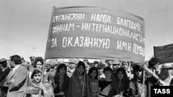 Афганцы благодарят уходящие советские войска за оказанную помощь. Архивное фото