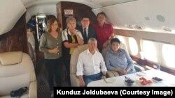 Gyrgyzystanyň öňki prezidenti Almazbek Atambaýew (ortada) 24-nji iýulda Orsýetiň Kantdaky howa bazasyndan Gyrgyzystany terk etdi.