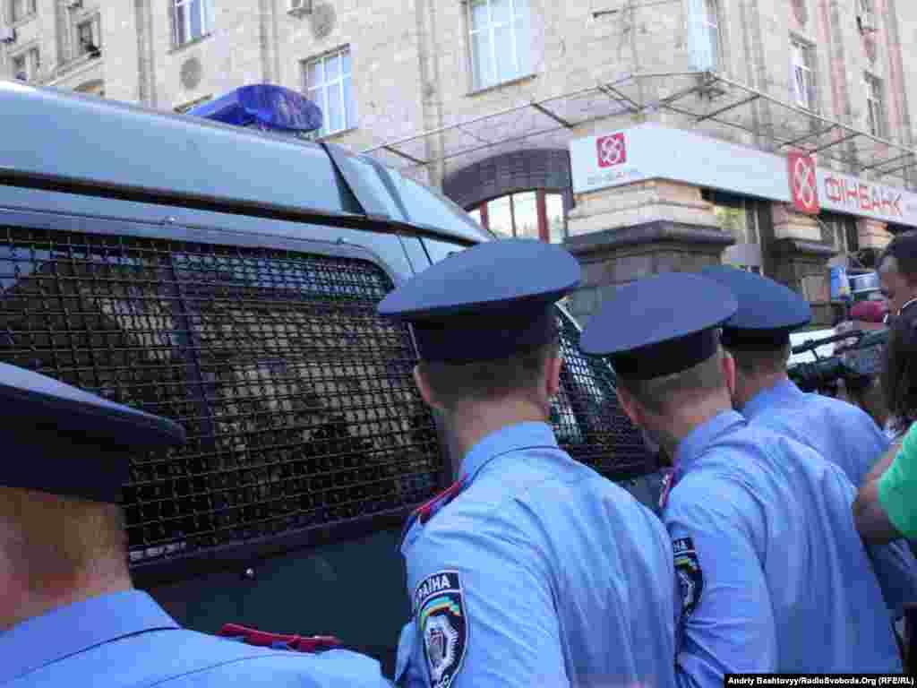 Правоохоронцям довелося оточити автомобіль із затриманими і силоміць звільнити виїзд з Майдану від «прихильників» руху FEMEN .