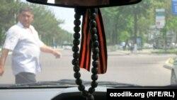 Некоторые узбекистанцы повязывают георгиевскую ленту в салоне своего автомобиля.