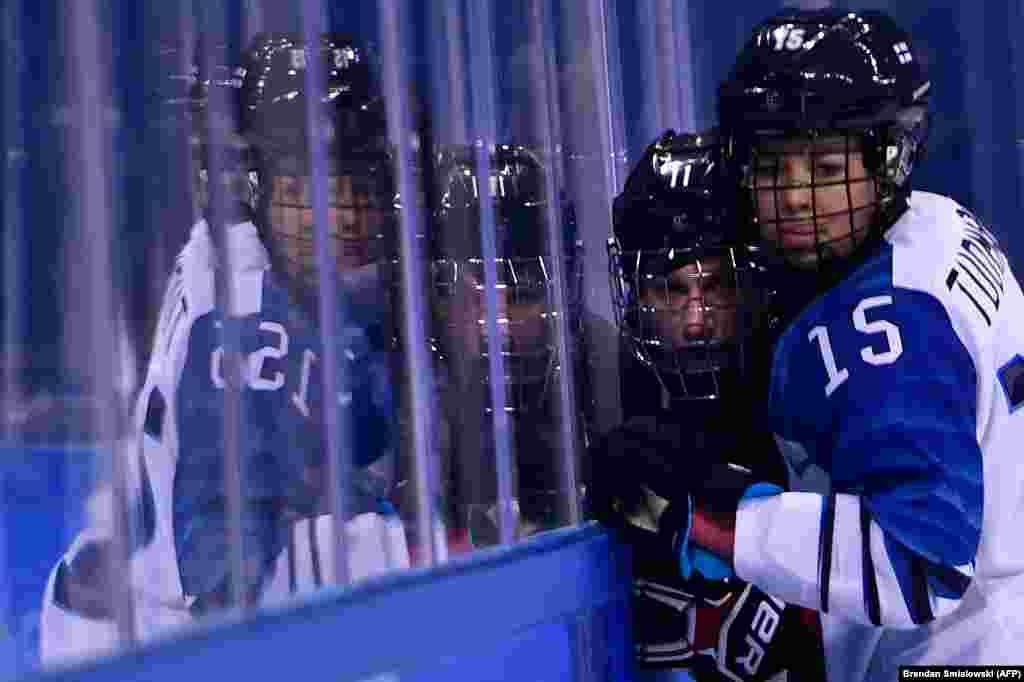 Хокей: фінка Міннамарі Туомінен (праворуч) притисла до скла канадійку Джіліан Соньєр під час попереднього турніру з хокею між Канадою та Фінляндією