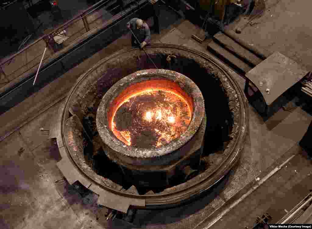 Расплавленная сталь в Грёдице, Германия. «В Западной Европе есть террористическая угроза, что делает посещение заводов, к примеру во Франции, абсолютно невозможным».