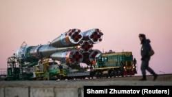 «Союз ТМА-11М» зымыран тасығышын ұшу алаңына апара жатыр. Байқоңыр, 5 қараша 2013 жыл.