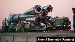 """Полицей ресейлік """"Союз TMA-11M"""" зымыранын күзетіп жүр. Байқоңыр, 5 қараша 2013 жыл."""