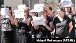 Активисты движения проблемных заемщиков протестуют у здания одного из банков второго уровня.