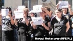 """Активисты общественного объединения """"Оставим народу жилье"""" протестуют у здания БТА банка. Алматы, 24 мая 2011 года."""