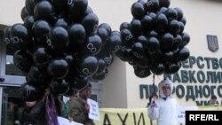 Мітинг екологів біля Міністерства охорони навколишнього природного середовища з вимогою зменшити квоту шкідливих викидів у атмосферу, Київ, 2 грудня 2009 року.