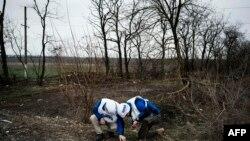 Наблюдатели ОБСЕ вблизи населенного пункта Широкино, 30 марта 2015 года