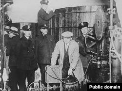 Полиция Детройта уничтожает подпольную пивоварню. 1928 год