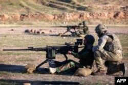 بریتانیا در حال حاضر ۱۵۰ مشاور نظامی در عراق دارد. در تصویر یک مربی نظامی آن کشور در حال آموزش نیروهای پیشمرگه کرد عراقی.