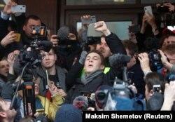 Егор Жуков на выходе из Кунцевского суда Москвы