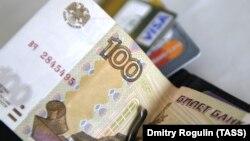 Середнє кредитне навантаження на одну сім'ю в Росії торік зросло до 27%, а середній борг склав 263 тисячі рублів (це майже 110 тисяч гривень)
