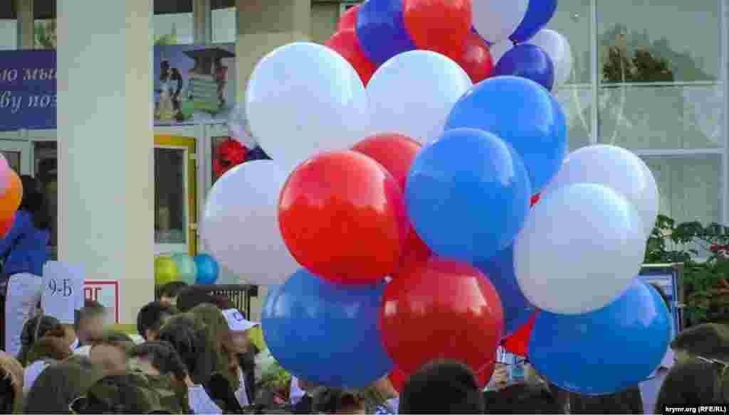Кульки в кольорах російського прапора в гімназії, в якій до анексії навчання велося українською мовою