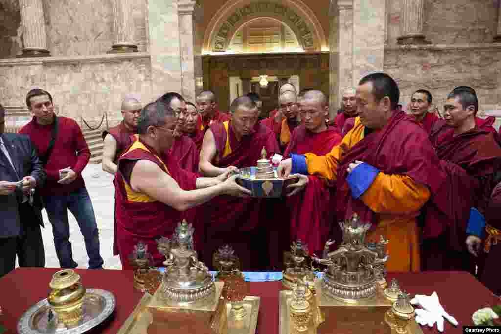 Обряд подношения мандалы: Вселенная подносится к дарам, врученным Хамбо Ламой императору и его семье.