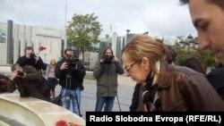 Иницијативниот одбор за ослободување на новинарот Томислав Кежаровски ја одбележа годишнината од протестите пред новиот Музеј на македонската борба.
