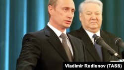 Putin və Boris Yeltsin. Putin ilk prezident andını içir (sol)