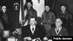 Рузвельт (справа) увидел за радио большое политическое будущее и заставил его работать на себя. Запись выступления, 1937