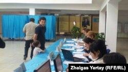 Наурызбай ауданындағы 515-сайлау учаскесі. Алматы, 26 сәуір 2015 жыл.
