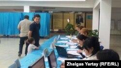 Наурызбай ауданындағы №515 сайлау учаскесі. Алматы, 26 сәуір 2015 жыл. (Көрнекі сурет)