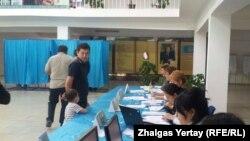 Голосование на избирательном участке № 515 в Наурызбайском районе Алматы. 26 апреля 2015 года.