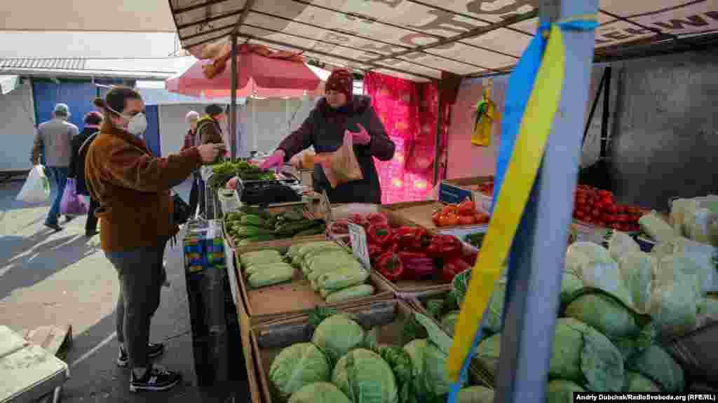 Раніше влада заявляла, що базари працюватимуть, але сьогодні ринок біля метро Героїв Дніпра зачинили близько третьої години. Продавців поінформували, що попередньо до 3 квітня
