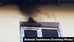 След от огня, вспыхнувшего, по словам активистки Салтанат Ташимовой, после того, как неизвестный закинул в окно ее квартиры бутылку с зажигательной смесью. Фото со страницы Ташимовой в Facebook'е.