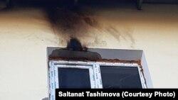 Жанғыш зат бар бөтелке лақтырылған үйдің терезесі. Салтанат Тәшімованың Facebook-тағы парақшасынан алынған.