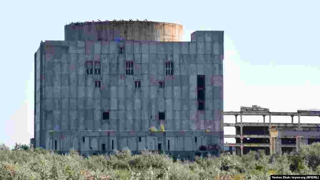 Проектировать АЭС начали в далеком 1968-м, к строительству приступили в 1975 году. Проектная мощность Крымской АЭС – 2 ГВт: два энергоблока по 1 ГВт, с возможностью последующего наращивания мощности до 4 ГВт. Вырабатываемого электричества должно было хватить на весь Крымский полуостров и для новых заводов, которые тоже планировалось построить