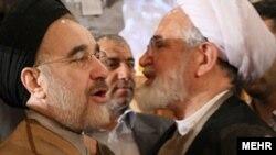 مهدی کروبی (راست) و محمد خاتمی (چپ) در کنگره حزب اعتماد ملی.
