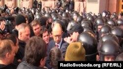 Під час попередньої опозиційної акції під Київрадою Арсеній Яценюк опинився в оточенні міліції, 2 жовтня 2013 року