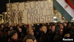Yanvarın 2-də Budapeştdə keçirilən Baş nazir əleyhinə etiraz aksiyası. Aksiya iştirakçılarından biri bu baş nazirə görə Avropadan üzr istəyən şüar tutub.