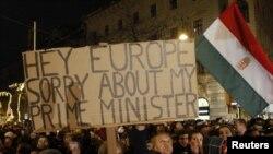 Budapeştde on müňlerçe protestçi demonstrasiýa geçirdýär, 2-nji ýanwar.
