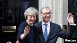 Theresa May și Philip, soțul ei, pozează pentru presă la 10 Downing Street